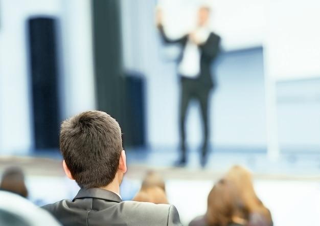 Prelegent na konwencji biznesowej i prezentacji.