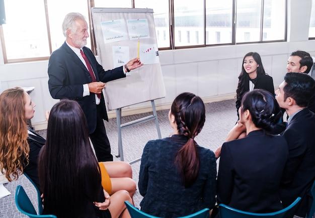 Prelegent na spotkaniu biznesowym, sali konferencyjnej i widowni.