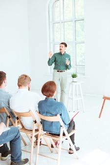 Prelegent na spotkaniu biznesowym w sali konferencyjnej. koncepcja biznesu i przedsiębiorczości.