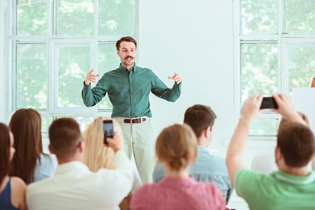 Prelegent na spotkaniu biznesowym w sali konferencyjnej.
