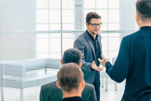 Prelegent odpowiadający na pytanie podczas spotkania roboczego