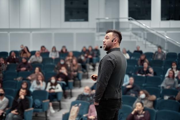 Prelegent wygłaszający prezentację w sali konferencyjnej