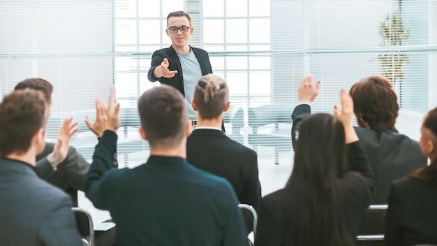 Prelegent zadając pytania podczas seminarium