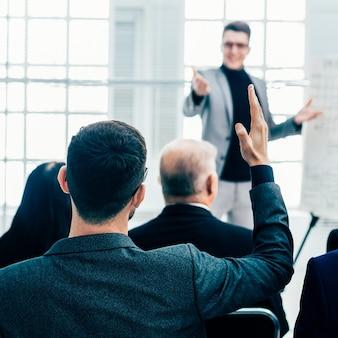 Prelegent zadaje pytania podczas seminarium biznesowego