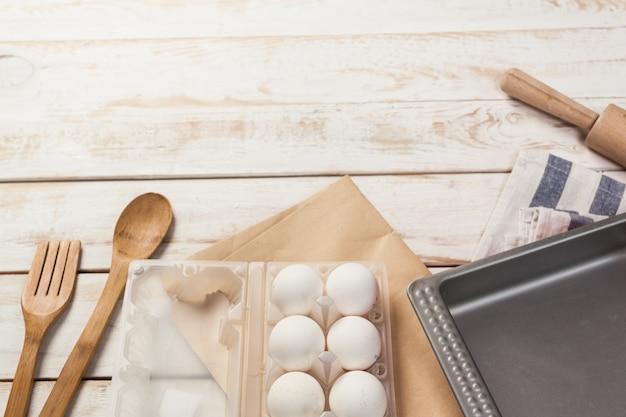 Preparat do pieczenia, widok z góry różnych przyborów do pieczenia i składników
