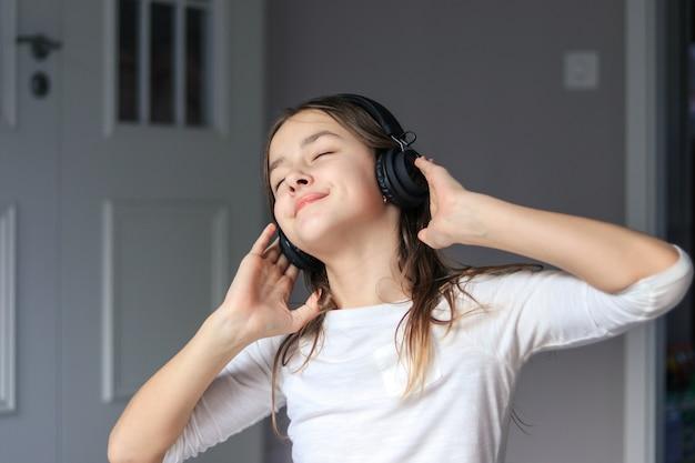 Preteen dziewczyna cieszy się słuchać muzyka