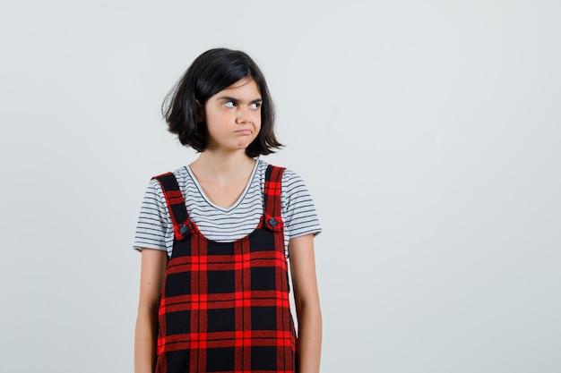 Preteen dziewczyna patrząc na bok w koszulce