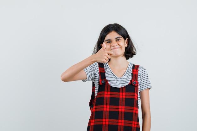 Preteen dziewczyna pokazuje ok gest w koszulce