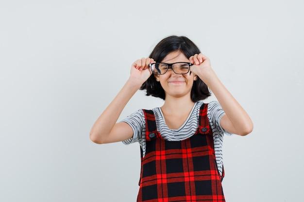 Preteen dziewczyna w t-shirt, kombinezon w okularach