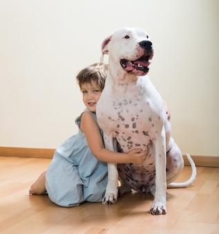 Preteen girl na podłodze z psem