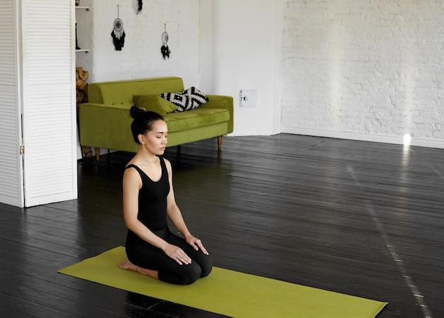 Pretty asian młoda kobieta ćwiczy