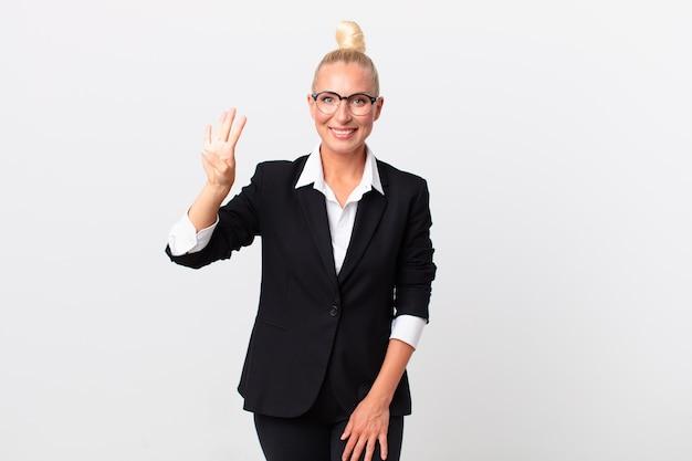 Pretty blond kobieta uśmiecha się i wygląda przyjaźnie, pokazując numer cztery. pomysł na biznes