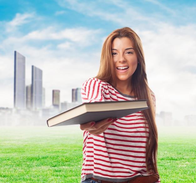 Pretty girl oferuje książki na aparat fotograficzny