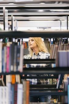Pretty girl zbieranie książek