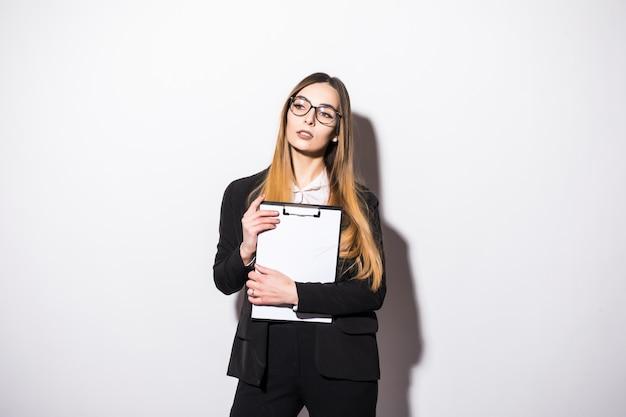 Pretty młoda dziewczyna ubrana w czarny nowoczesny apartament na białym tle