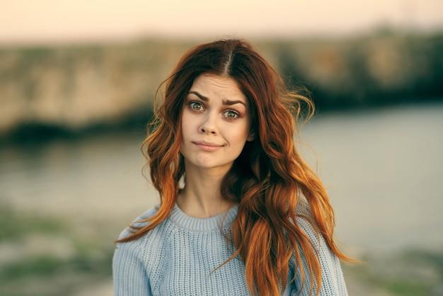 Pretty redhaired kobieta wyspa podróży turystyka wakacje