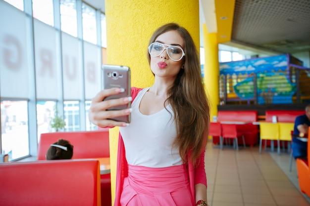 Pretty teen wysyła pocałunek na zdjęcie