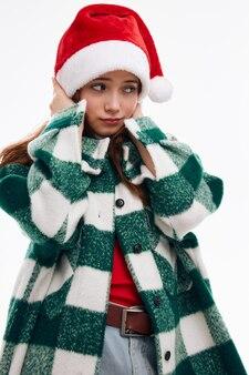 Pretty woman boże narodzenie kapelusz w kratę płaszcz studio nowego roku. wysokiej jakości zdjęcie