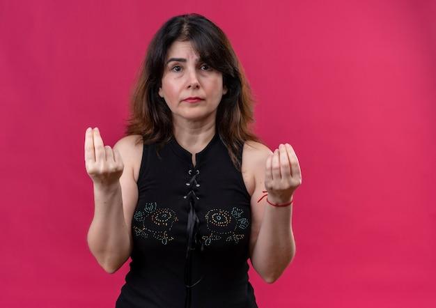 Pretty woman na sobie czarną bluzkę patrząc na stratę pokazując znak pieniędzy