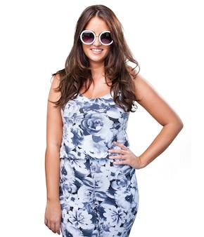 Pretty woman noszenie okularów przeciwsłonecznych