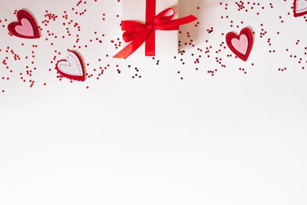 Prezent białe pudełko z piękną czerwoną wstążką i serca koncepcja walentynek