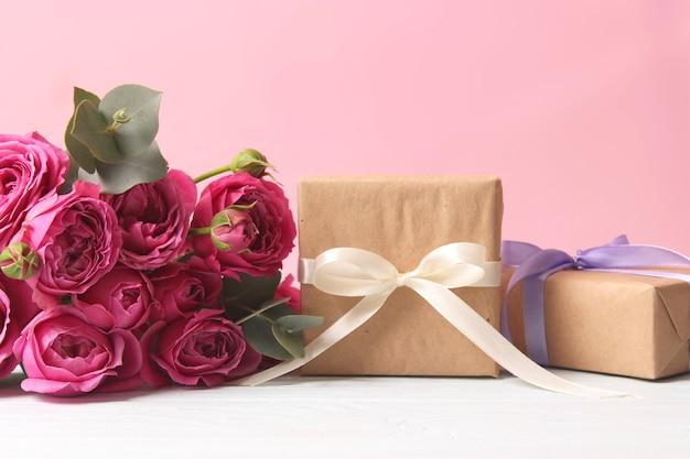 Prezent i kwiaty na kolorowym tle wakacje dają gratulacje prezent