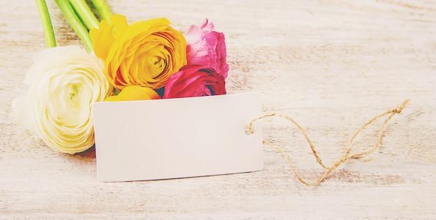 Prezent i kwiaty. selektywna ostrość. holideys i wydarzenia.