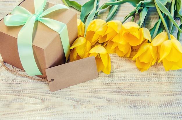 Prezent i kwiaty. selektywna ostrość. święta i wydarzenia.