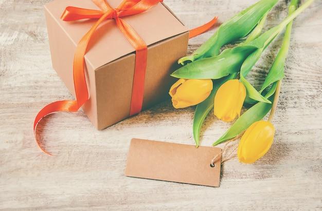Prezent i kwiaty. selektywne skupienie. holideys i wydarzenia.