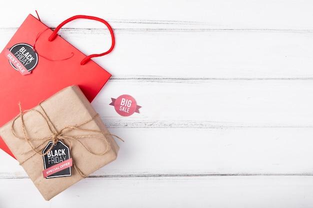 Prezent i prezent torba na drewnianym tle z przestrzenią