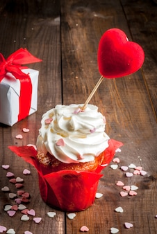 Prezent i słodkie ciasto na walentynki