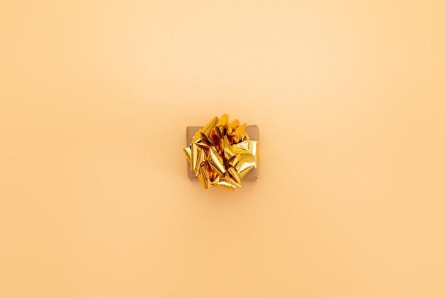 Prezent lub obecny konfetti pudełko i gwiazdy na różowy widok z góry tabeli. płaska kompozycja na urodziny, dzień matki lub ślub.