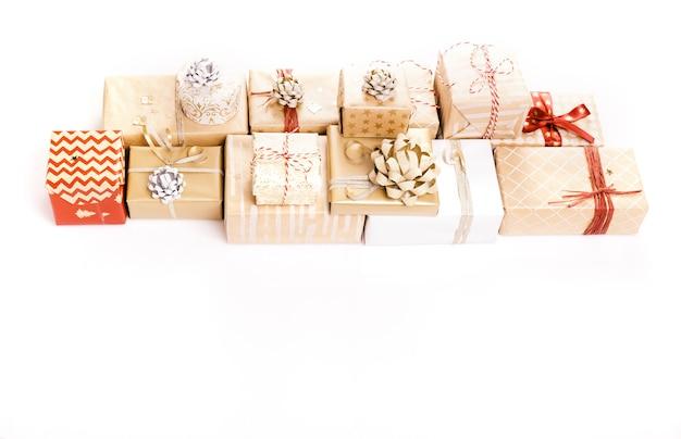 Prezent lub prezent złote pudełka i konfetti gwiazd na biały widok z góry. płaska kompozycja świecka na urodziny, boże narodzenie lub wesele.