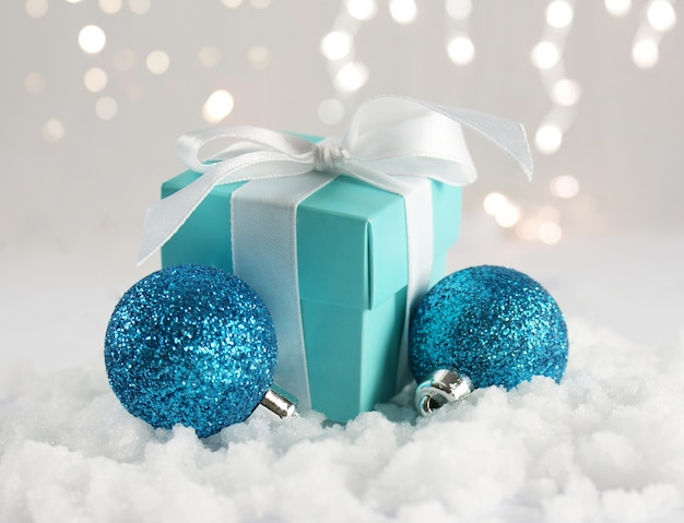 Prezent na boże narodzenie i bombki w śniegu