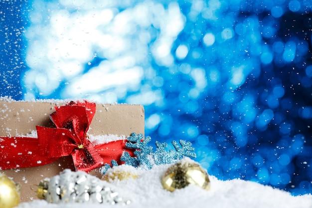 Prezent na boże narodzenie i dekoracja na śniegu z bliska