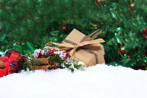 Prezent na boże narodzenie i dekoracje w śniegu