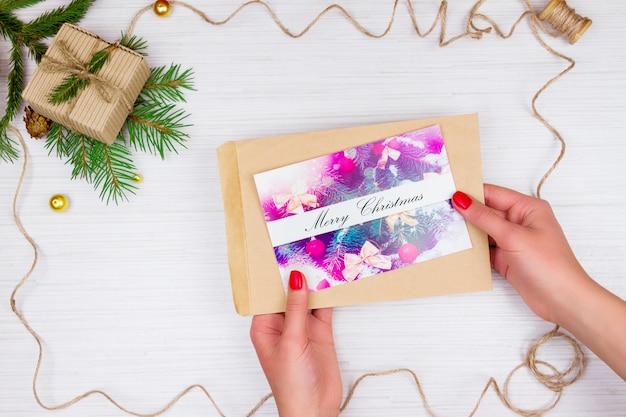 Prezent na boże narodzenie i kartkę z życzeniami