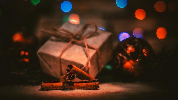Prezent na boże narodzenie i ozdoby choinkowe na tle christmas lights.photo z miejsca na kopię.