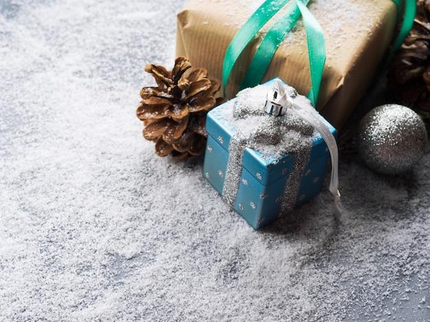 Prezent na boże narodzenie nowy rok ze wstążką i śnieg