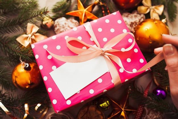 Prezent na boże narodzenie w świąteczne dekoracje, zbliżenie