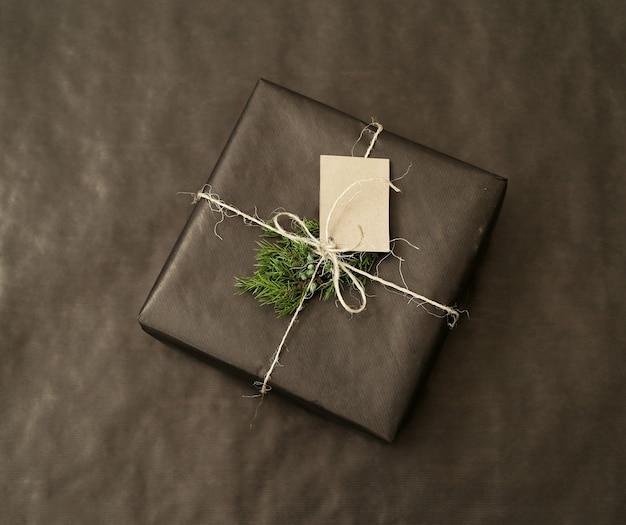 Prezent na boże narodzenie z czarnym papierem pakowym
