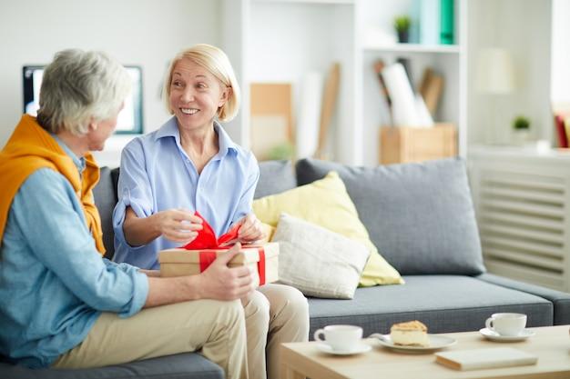 Prezent na otwarcie szczęśliwa starsza kobieta