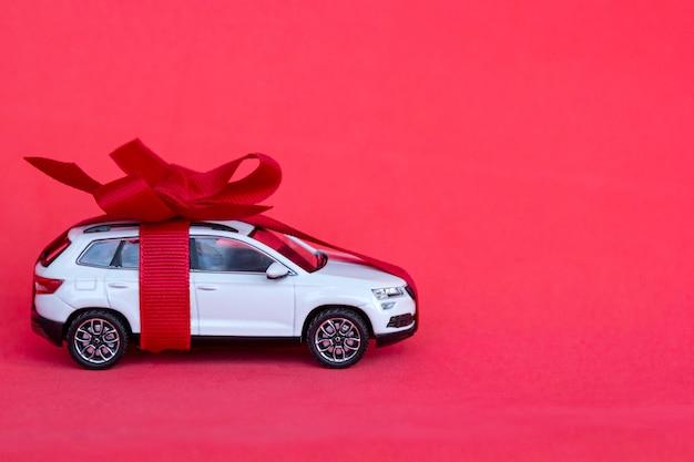 Prezent nowego samochodu z kokardą na czerwono
