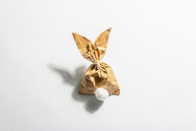 Prezent papierowy zajączek na białym tle.