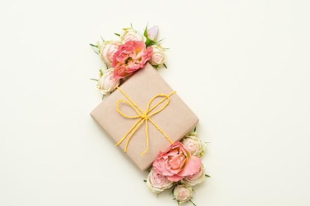 Prezent rocznicowy. pudełko upominkowe z papieru rzemieślniczego. minimalistyczny wystrój kwiatowy. leżał na płasko.