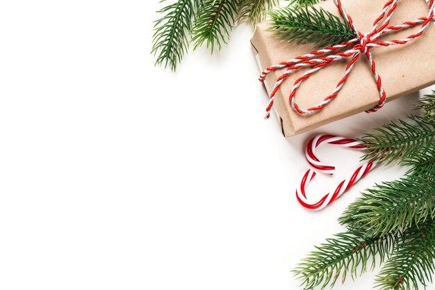 Prezent świąteczny i cukierki na białym stole