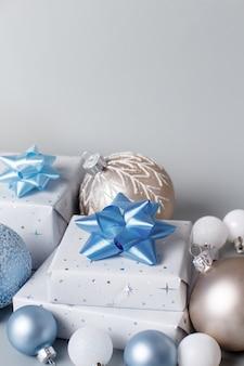 Prezent świąteczny i dekoracje z bliska na szaro