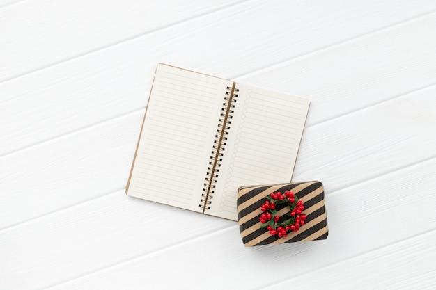 Prezent świąteczny na białym tle drewniane. minimalistyczna, przyjazna dla środowiska kompozycja zero waste na nowy rok. widok z góry płaska przestrzeń kopii