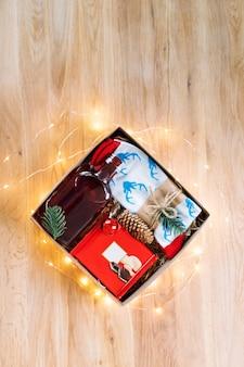 Prezent świąteczny Na Drewnianym Stole Premium Zdjęcia