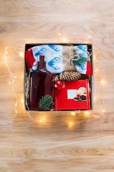 Prezent świąteczny na drewnianym stole